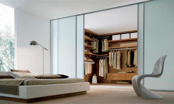 гардеробная со стеклянными дверьми