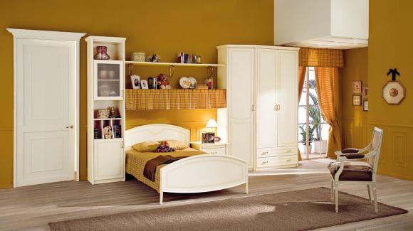 детская комната с горчичиными стенами и белыми шкафами