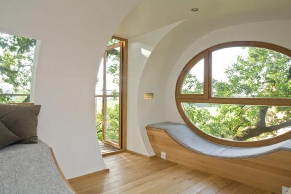 окна в домике на дереве