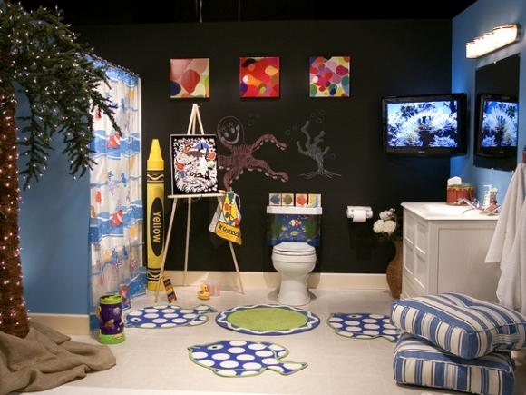 чёрная ванная комната для ребёнка с телевизором