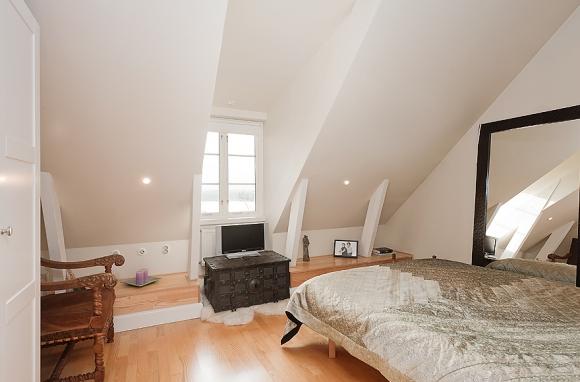 нейтральня белая спальня в мансарде