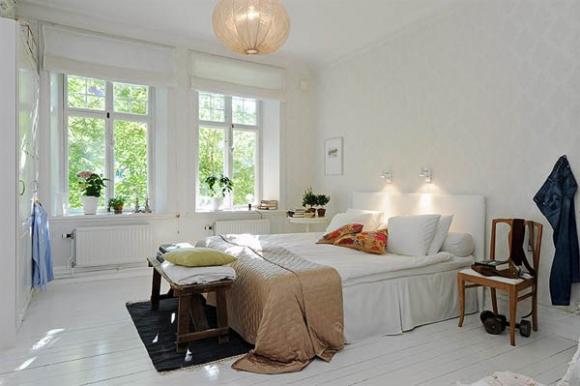просторная белая семейная спальня