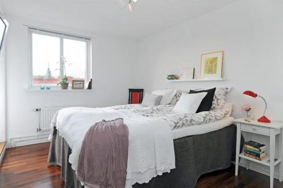 прелестная спальня с небольшим окном