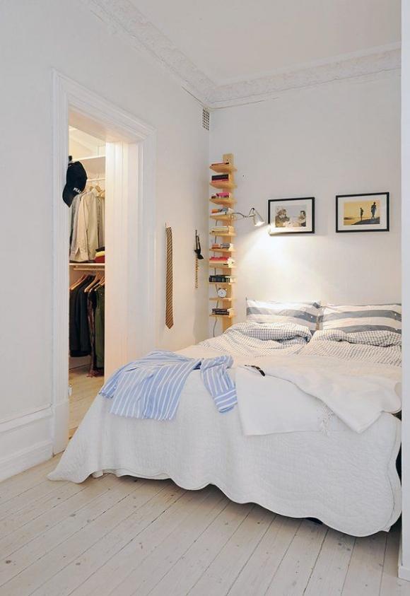 необычный стеллаж у кровати