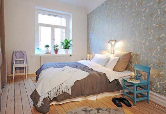 обои с цветочным принтом в интерьере спальни