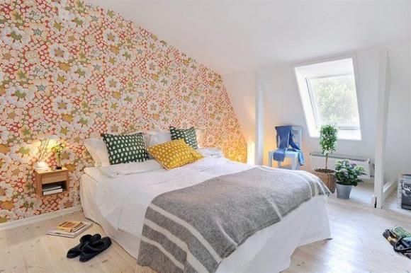 уютная спальня в мансарде с обоями под ткань
